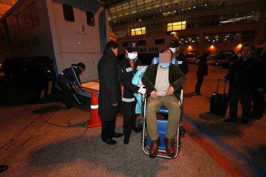 대통령 순방 중 중국 측 경호원에게 집단 폭행을 당한 한국 사진기자들이 지난 15일 인천국제공항을 통해 입국하고 있는 모습. /사진제공=사진공동취재단