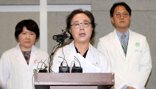 17일 오후 정혜원 이대목동병원장이 신생아 4명이 동시다발적으로 사망한 사고와 관련해 사과문을 발표하고 있다. /사진=뉴시스