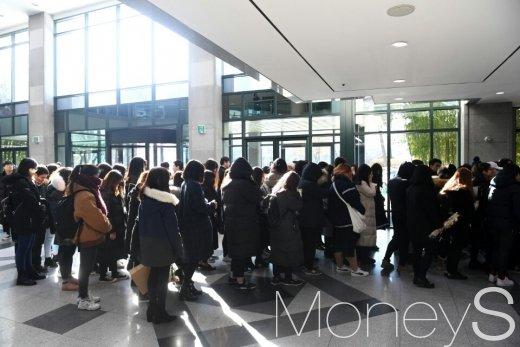 [머니S포토] 故 샤이니 종현 빈소, 마지막 함께 하는 팬들