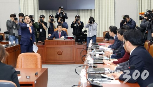 운영위원회에 항의하고 있는 박홍근 간사./사진=뉴스1