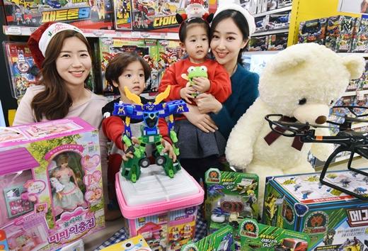 홈플러스는 19일 크리스마스를 맞아 '크리스마스 장난감 대축제'를 진행한다. /사진=홈플러스