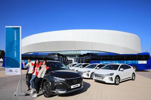 차세대 수소전기차 등 현대자동차의 후원 차량이 강릉 아이스 아레나 앞에 서 있는 모습.