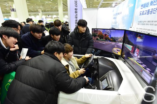 [머니S포토] 시뮬레이션 운전하며 도로교통공단 취업 한걸음 다가서기