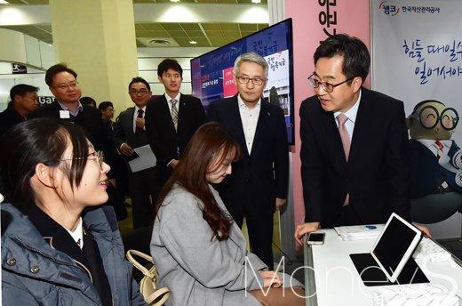 [머니S포토] 취준생들과 소통하는 김동연 부총리