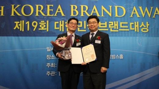 신한카드가 20일 제19회 대한민국 브랜드 대상에서 대통령상을 수상했다(사진 왼쪽은 김영호 신한카드 부사장). /사진=신한카드