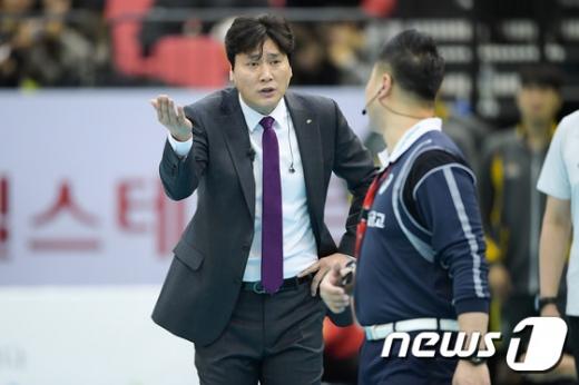 권순찬 KB손해보험 감독이 19일 수원실내체육관에서 열린 한국전력과의 경기에서 심판 판정에 강력하게 항의하고 있다./사진=뉴스1