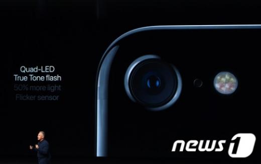 애플이 아이폰7, 아이폰7 플러스, 애플워치2', '에어팟' 등을 공개하는 모습./사진=뉴스1