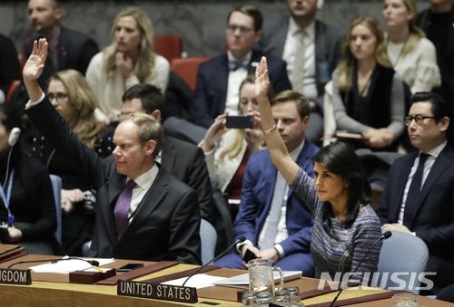 니키 해일리 유엔 주재 미국 대사(오른쪽)가 22일(현지시간) 미국 뉴욕 유엔 본부에서 추가 대북 제재 결의안에 찬성하기 위해 손을 들고 있다./사진=뉴시스