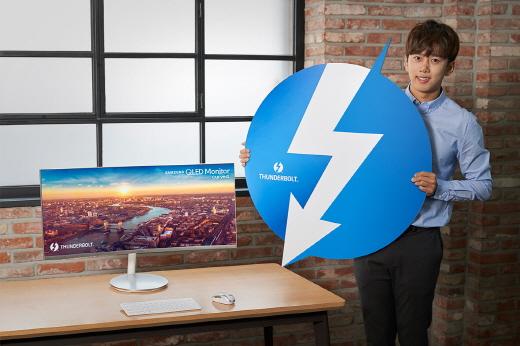 삼성전자가 'CES 2018'에서 인텔의 차세대 데이터 전송 규격인 '썬더볼트3'를 지원하는 QLED 커브드 모니터 'CJ791'을 공개한다. / 사진=삼성전자