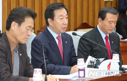 왼쪽부터 함진규 정책위의장, 김성태 원내대표, 홍문표 사무총장.