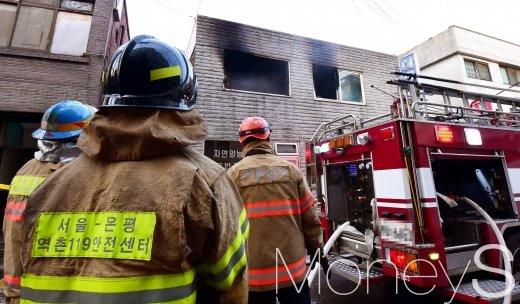 [머니S포토] 서울 은평구 주택 화재 진압 마친 소방대원