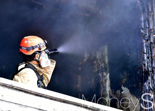 [머니S포토] 서울 은평구 화재 발화 원인 조사하는 소방대원