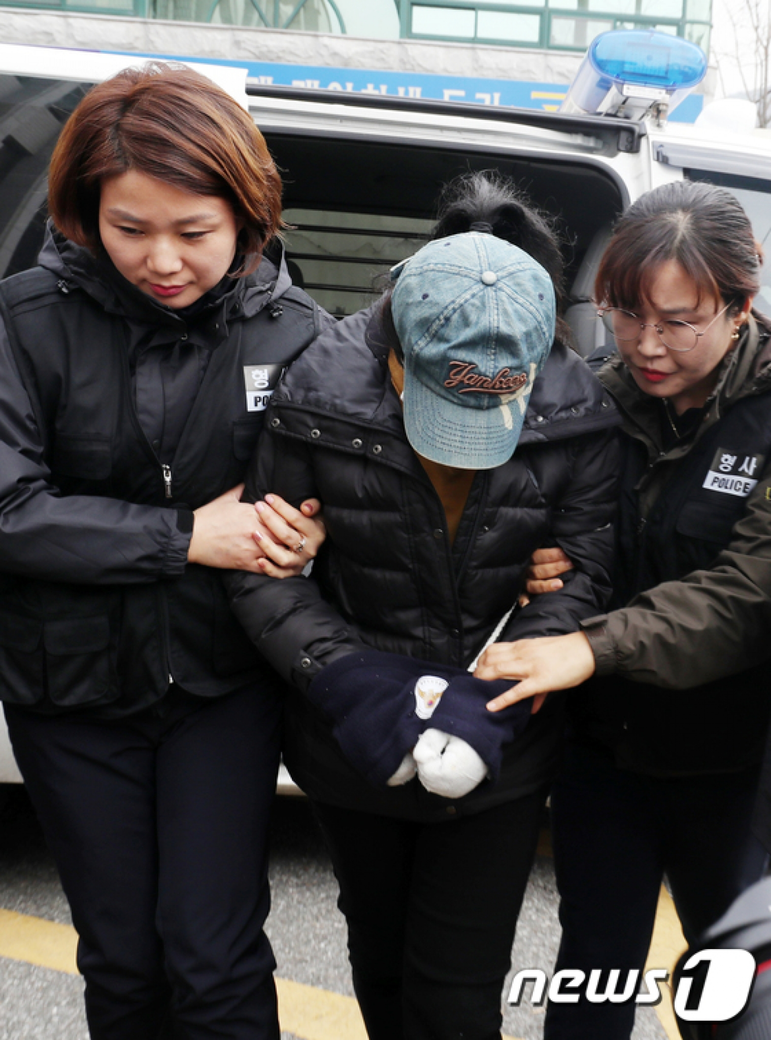 광주 아파트 화재로 아이 3명을 숨지게 한 혐의를 받고 있는 친모 A씨(22·여)가 2일 오후 영장실질심사를 받기 위해 광주지방법원에 들어서고 있다. /사진=뉴스1