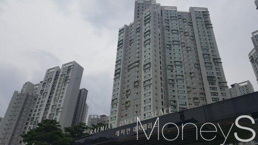 지난해 임대주택사업 등록자가 6만2000명인 것으로 집계됐다. 사진은 서울 강남구 래미안 대치팰리스. /사진=김창성 기자