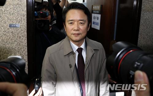 남경필 경기도지사가 9일 오후 서울 여의도 국회 바른정당 회의실을 나서고 있다. /사진=뉴시스
