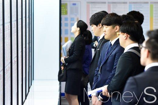 지난해 5월 11일 열린 취업상담회에서 취업준비생들이 각 기업 부스로 발걸음을 옮기고 있다. /사진=임한별 기자