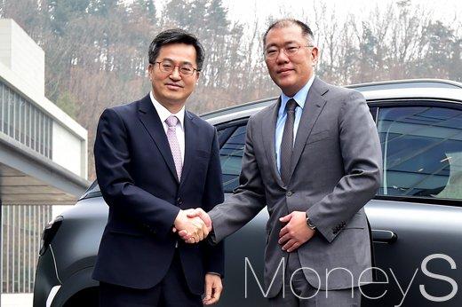 [머니S포토] 인사 나누는 김동연 부총리와 정의선 현대차그룹 부회장