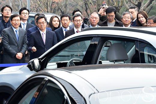 [머니S포토] 자율주행자동차의 주차 시연을 바라보는 김동연