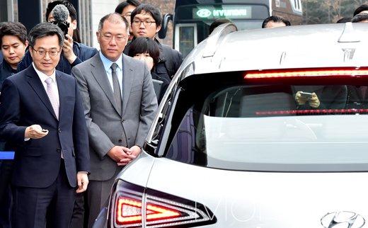 [머니S포토] 김동연 부총리, 내 손안에 있는 자동차