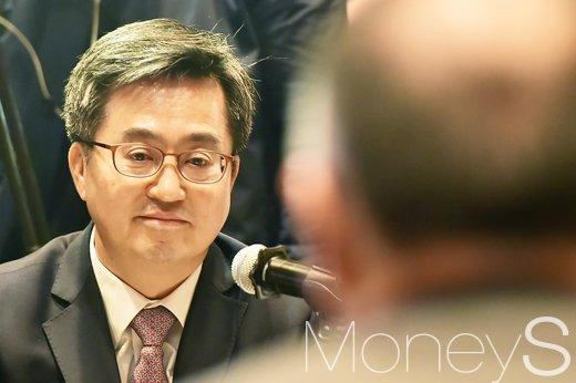 [머니S포토] 정의선 현대차그룹 부회장의 의견 듣는 김동연 부총리
