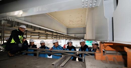 국토부가 시설물 안전 관리체계를 일원화하기로 했다. 사진은 서울시 관계자와 대학생들이 서울 반포대교 시설점검에 나선 모습. /사진=뉴시스 고범준 기자