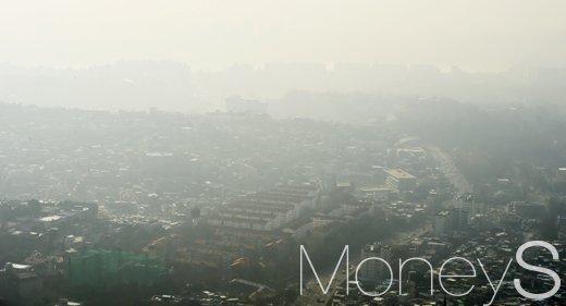 지난 3일 서울 남산타워에서 바라본 하늘이 뿌옇게 흐려 보인다. /사진=임한별 기자