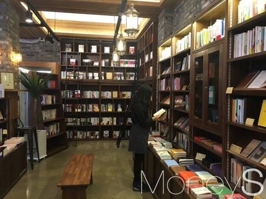 이곳에 상주하는 안지영 북큐레이터는 손님들이 책을 낯설어 하지 않게 도와준다./사진=황효원기자