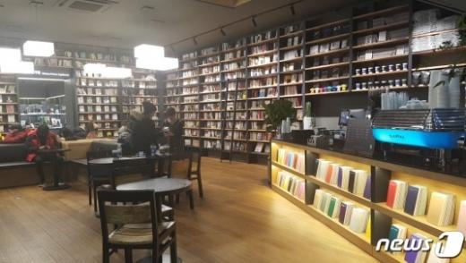 롯데하이마트 구리역점.'카페꼼마'를1층에 입점해 커피를 마시며 책을 읽을 수 있다./사진=뉴스1