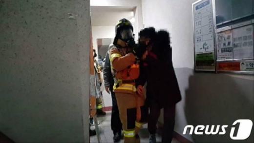 18일 오후 10시 20분쯤 부산 북구 화명동에 있는 한 아파트 3층에서 불이 나 20여분만에 진화됐다. /사진=뉴스1(부산소방본부 제공)