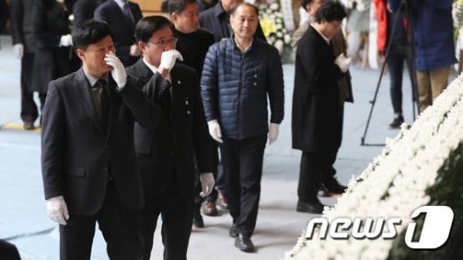 충북 제천 스포츠센터 화재 참사 건물 실소유주 의혹을 받고 있는 강현삼 (왼쪽) 충북도의회 의원. /사진=뉴스1