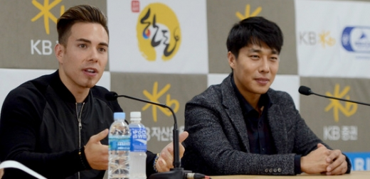 김동성(오른쪽)과 안톤 오노가 인터뷰한 모습./사진=뉴스1