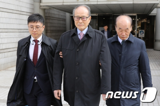 이상득 전 새누리당 의원이 2017년 11월 15일 오후 서울 서초구 고등법원에서 열린 포스코 비리 관련 특정범죄 가중처벌법상 뇌물 항소심 선고 공판을 마치고 나서고 있다. /사진=뉴스1