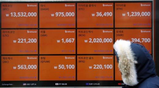 23일 한 시민이 서울 중구에 위치한 가상화폐 거래소의 전광판 앞을 지나고 있다. /사진=뉴시스