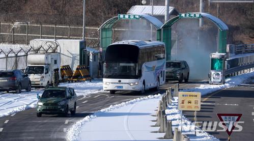 남북출입국 들어서는 북 선발대와 아이스하키 선수 차량./사진=뉴시스