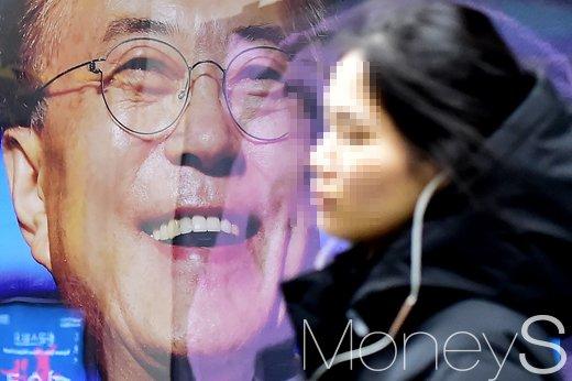지난 24일 문재인 대통령 생일을 맞아 지지자들이 광고를 설치했다./사진=임한별 기자