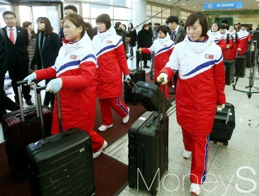 [머니S포토] 남측 땅 밟은 북한여자아이스하키 선수단
