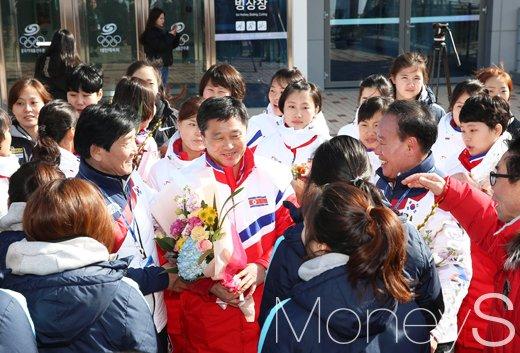 [머니S포토] 북한 여자 아이스하키 감독에게 질문하는 남한 선수