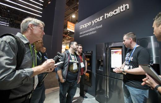지난 9일(현지시간) 미국 라스베이거스 컨벤션센터에서 열린 세계최대 전자전시회 CES2018의 삼성전자 부스에서 관람객들이 패밀리허브 냉장고 신제품의 기능을 체험해보고 있다. / 사진=삼성전자