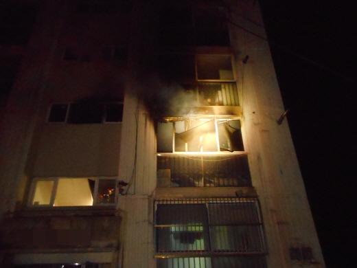 28일 오전 4시16분께 포항시 남구의 한 5층짜리 아파트 2층에서 불길이 치솟고 있다. / 사진=포항남부소방서