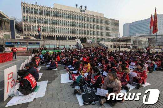 지난 17일 서울 연세대학교 학생회관 앞에서 구조조정 중단을 촉구하는 결의대회가 열렸다./사진=뉴스1 성동훈 기자