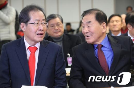 홍준표 자유한국당 대표와 이재오 늘푸른한국당 대표. /사진=뉴스1
