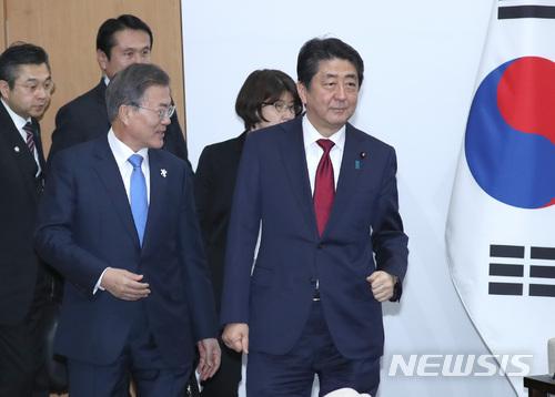 문재인 대통령이 아베 신조 일본 총리와 9일 오후 강원도 평창군 용평리조트 블리스힐스테이 정상회담장으로 들어오고 있다. /사진=뉴시스