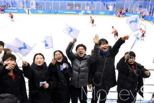 [머니S포토] 한반도기 흔들며 응원하는 관객들 '단일팀 화이팅'