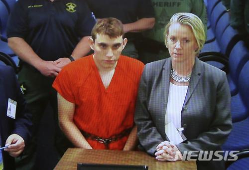 미국 플로리다주 고등학교에서 총기를 난사해 17명을 살해한 니컬러스 크루스(왼쪽)가 15일(현지시간) 변호사와 함께 포트 로더데일 브로워드 카운티 법정에 출두하고 있다. 사진은 법정 모니터 영상 캡처./사진=브로워드 카운티(AP/뉴시스)
