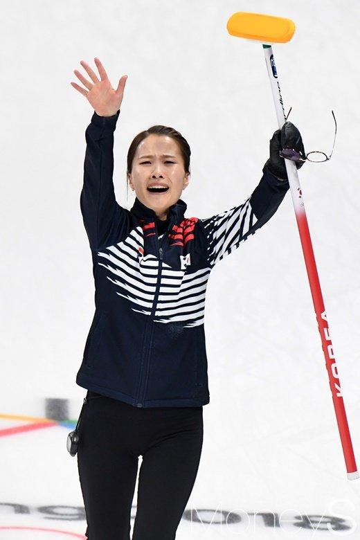 [머니S포토] 준결승에서 일본을 꺾고 인사하는 김은정