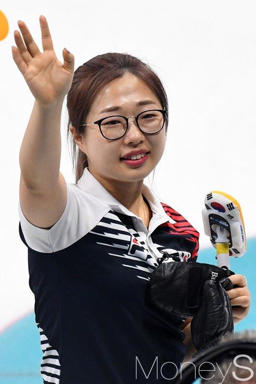 [머니S포토] 한일전에서 승리한 뒤 손 흔드는 김선영