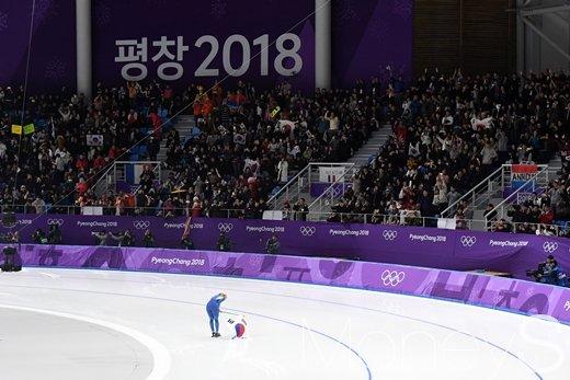 [머니S포토] 관중에게 인사하는 은메달리스트 김보름