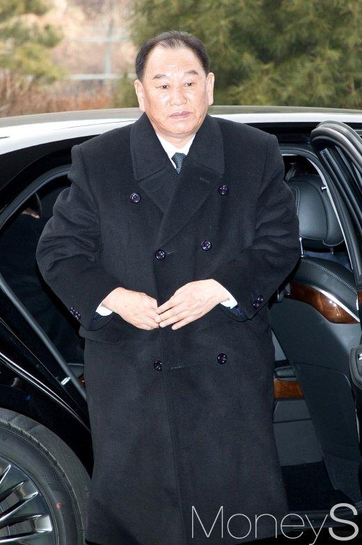 [머니S포토] 차량에서 내리는 북한 김영철