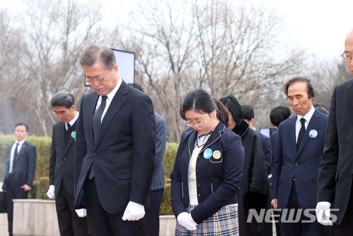 문재인 대통령이 28일 대구 달서구 2.28 민주운동 기념탑 광장을 찾아 참배하고 있다./사진=뉴시스