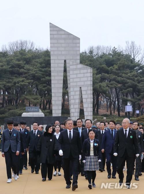 문재인 대통령이 28일 대구 달서구 2.28 민주운동 기념탑 광장을 찾아 참배하고 있다. /사진=뉴시스